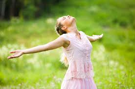 jeune-femme-bras-et-tete-accueillants-vers-ciel