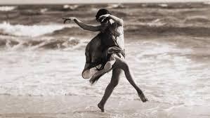 danseuse-plage-en-costume-noir-et-blanc